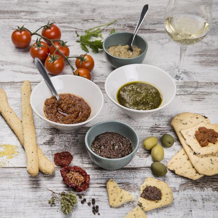 Rucola, pomodori, olive ed acciughe da spalmare