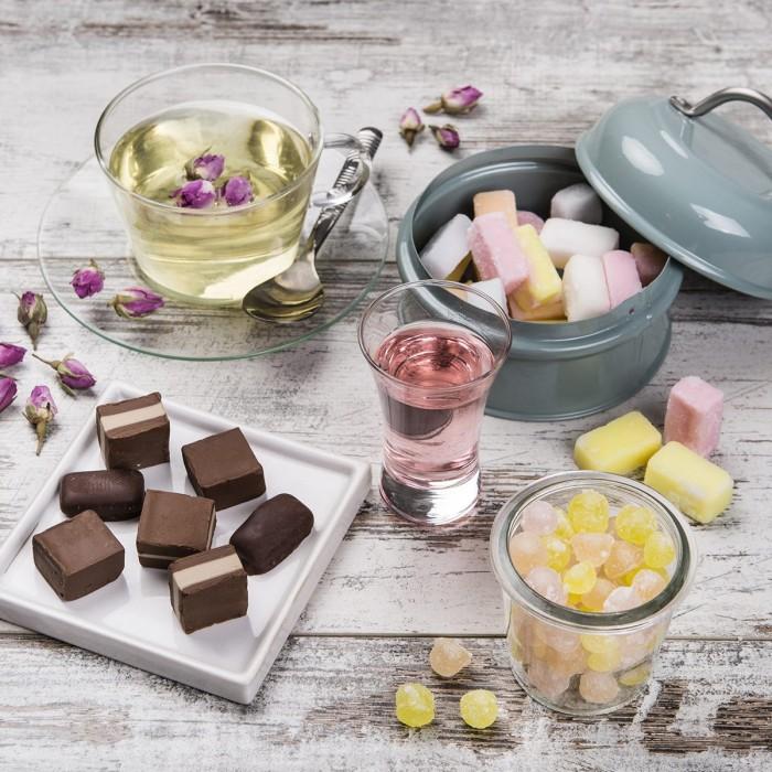 Cioccolatini, gocce di rosolio e fondant